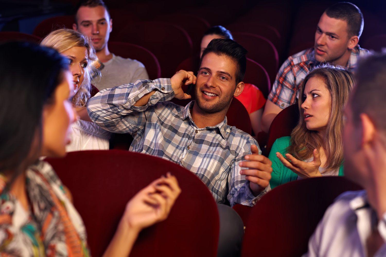 Coger el móvil durante la película irritará a toda la sala.