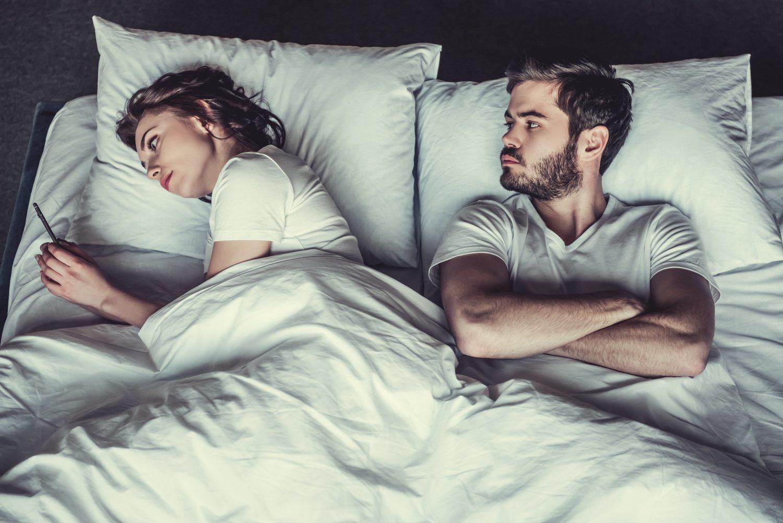 Si no puedes dormir porque tu pareja está con el móvil échala al sofá.