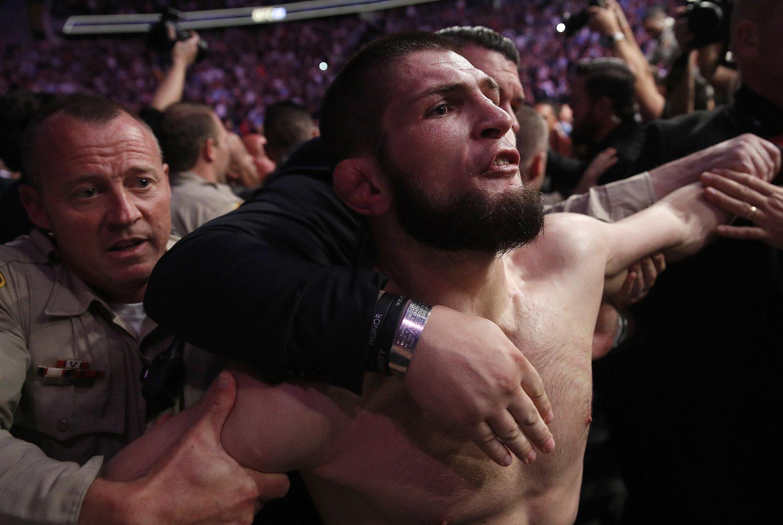 El campeón ruso se lanzó a por los ayudantes de McGregor al terminar el combate.