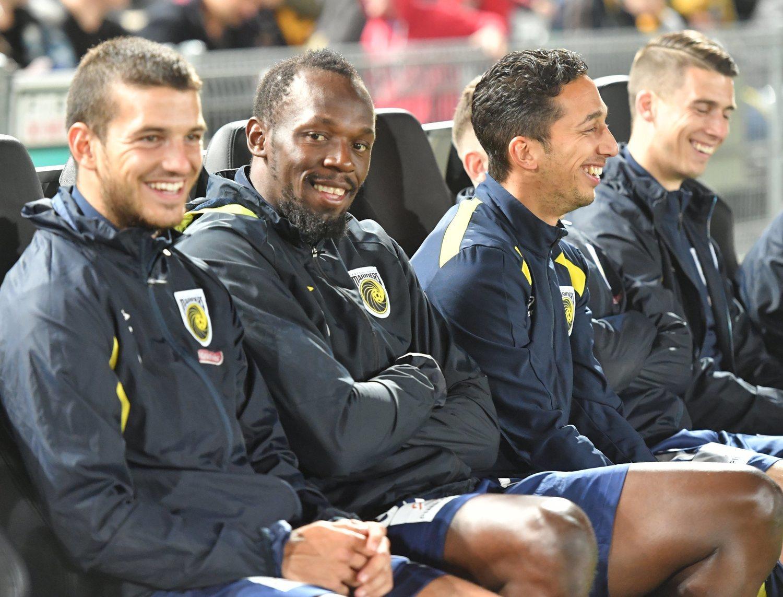 Bolt mantiene su icónica sonrisa en el mundo del fútbol.