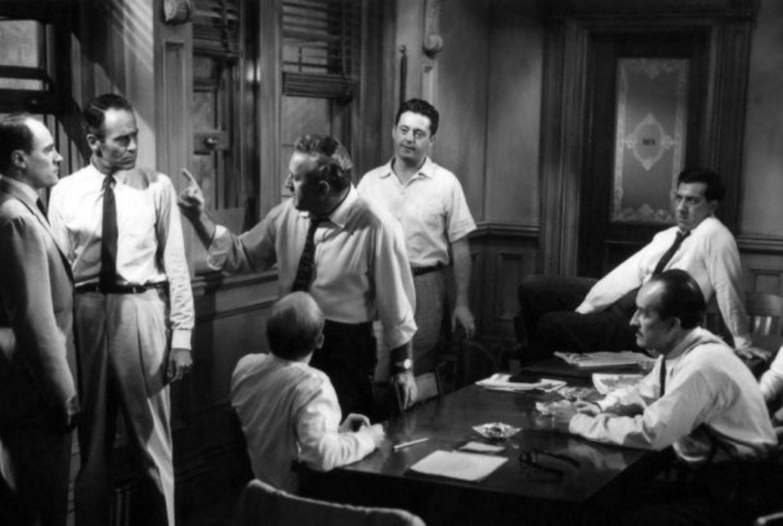 Una escena de ''12 Hombres Sin Piedad'