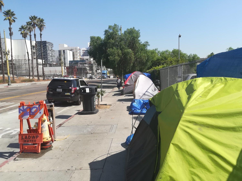 Tiendas de campaña en las que residen personas sin hogar en el Downtown de Los Angeles
