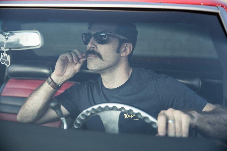 Un hombre se retoca el bigote con motivo del Movember.