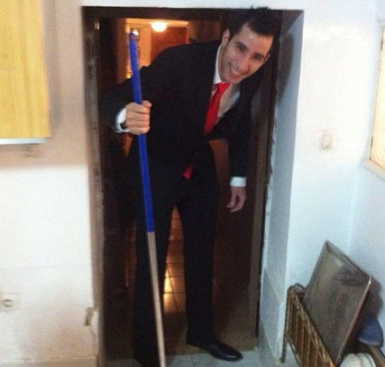 Tener que agacharse para pasar por una puerta... el día a día de las personas altas.