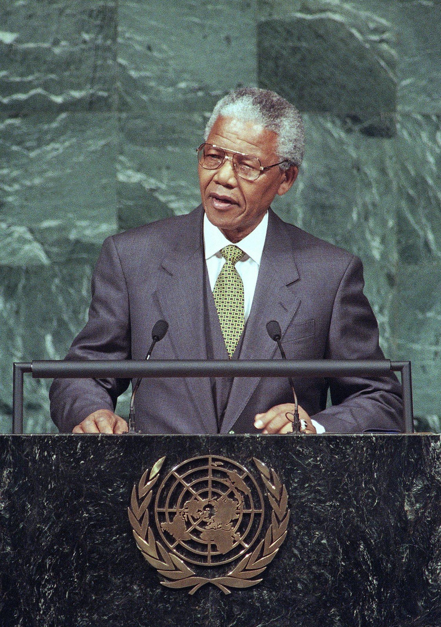 Nelson Mandela dando un discurso en la sede de la ONU.
