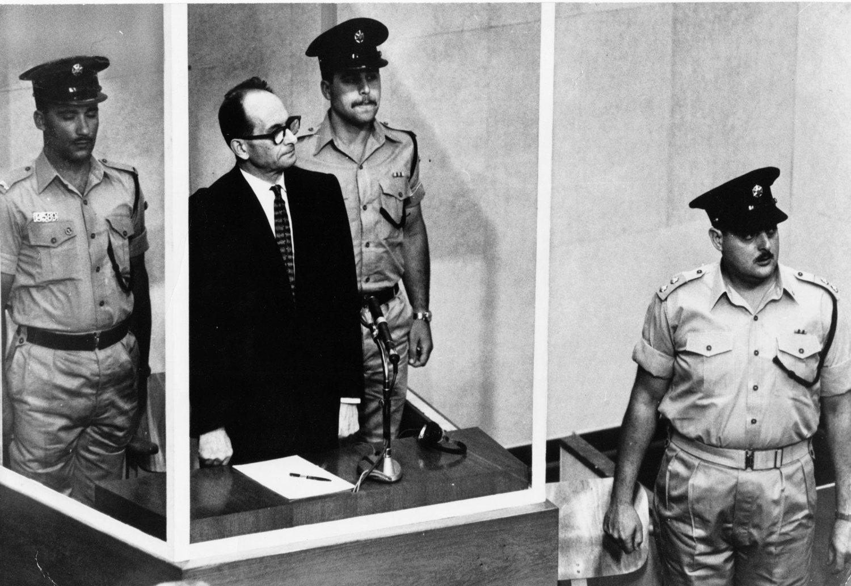 Adolf Eichmann, de pie durante el juicio.