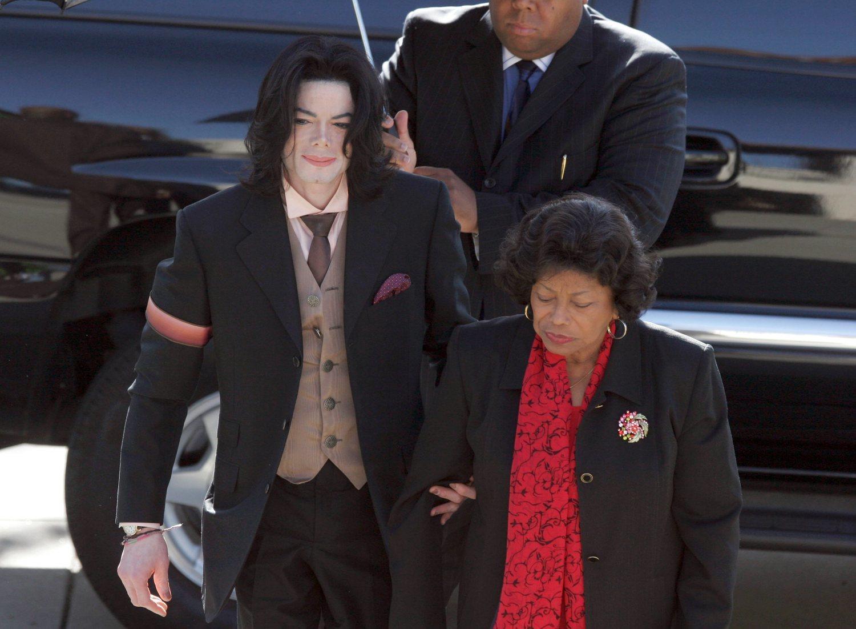 Michael Jackson, junto a su madre camino al juicio.