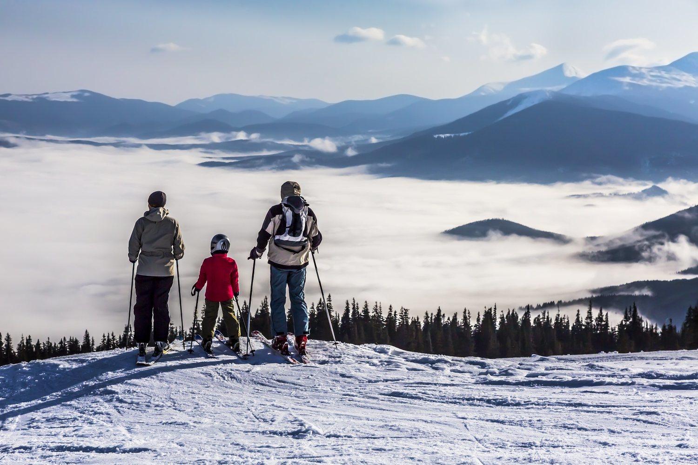 El esquí puede ser el deporte perfecto para practicar en familia.