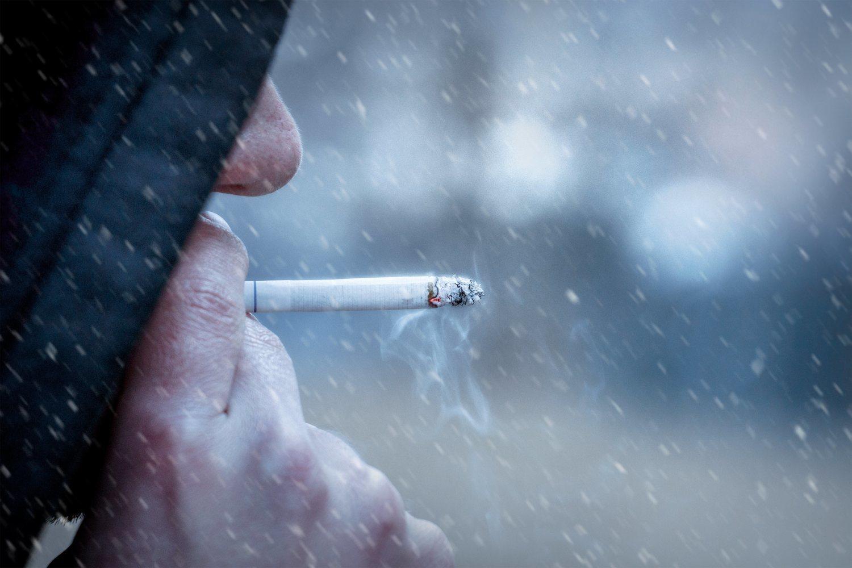 No hay nada más desagradable que bajar a la calle con lluvia y frío a fumar. Y ahí que vamos cada día.